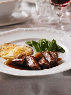 Entenbrust mit Rotweinsauce Crunchy duck breast with red wine sauce – the classic on the Christmas banquet table! Grilling Recipes, Meat Recipes, Dinner Recipes, Vegetable Drinks, Vegetable Recipes, Banquet, Minced Meat Recipe, Bbq Catering, Tortillas