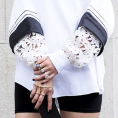 These sleeves!! Loving the oversized floral lace #stylesighting #pfw #streetstyle