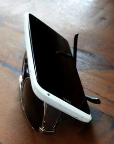Turn your sunglasses into an impromptu smartphone stand