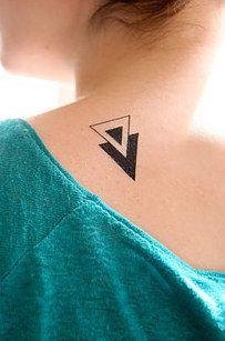 Y también esta la opción temporal, para los que no están listos para comprometerse de por vida a un tatuaje: | 24 Ideas minimalistas para tu próximo tatuaje