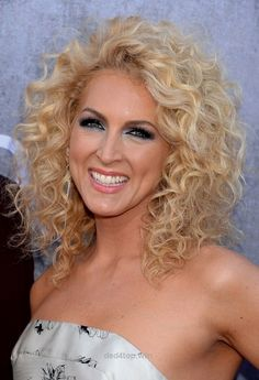 Kimberly Schlapman Shoulder Length Blonde Curly Hairstyle for Summer – Styles Weekly
