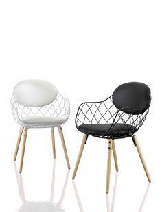 Magis Pina chair finns i vitt, grönt eller svart, klädd i tyg eller skinn. Design: Jamie Hayón. Köp den hos Selected Pieces!
