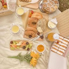 paradise Picnic Date, Beach Picnic, Summer Picnic, Eat This, I Want To Eat, Fruit Garden, Looks Yummy, Oui Oui, Aesthetic Food