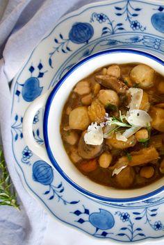 Πλούσια, γήινη γεύση και γλυκά αρώματα. Το στιφάδο με μανιτάρια, κάστανα και ρεβίθια έχει μεστή σάλτσα και σχεδόν κρεάτινη γεύση. Είναι το πιο χορταστικό, γιορταστικό και πρωτεϊνούχο στιφάδο χωρίς κρέας. Chana Masala, Truffles, Stuffed Mushrooms, Food Porn, Vegan, Ethnic Recipes, Drink, Stuff Mushrooms, Beverage