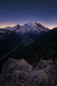 A calm and beautiful night above Mt Rainier seen from the Sunrise side on my first visit to the park (OC) [8001200] #reddit