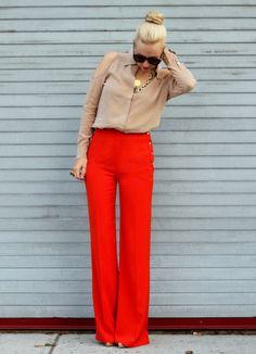 Perfectionne le look chic et décontracté avec un chemisier boutonné en soie brun clair et un pantalon rouge. Assortis ce look avec une paire de des escarpins beiges.