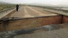 Dwoje Włochów wracających z wycieczki o mały włos nie utonęło we własnym aucie. Kiedy przejeżdżali mostem w jednym z hrabstw w stanie Utah pod ciężarem ich pojazdu zarwała się konstrukcja. Samochód z dwojgiem ludzi przekoziołkował i wpadł do rzeki, dryfując ponad 140 metrów.   http://tvnmeteo.tvn24.pl/informacje-pogoda/swiat,27/wpadli-do-dziury-w-moscie-dryfowali-na-podwoziu-auta,144140,1,0.html