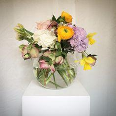 Centerpiece. Spring flowers. Full colors. Centrotavola ranuncoli, ortensie, rose, muscari, elleboro. #fiordifragolastyle #fiordifragola