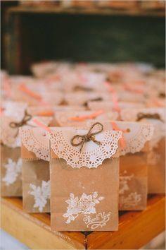 DIY rustic wedding favors with paper bags #DIYRusticWeddingfavors
