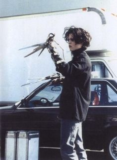 Behind The Scenes - Edward Scissorhands with Johnny Depp Young Johnny Depp, Johnny Depp Movies, Tim Burton Johnny Depp, Johnny Depp 1990, Eduardo Scissorhands, Johnny Depp Edward Scissorhands, Edward Scissorhands Tattoo, Chicas Punk Rock, Junger Johnny Depp