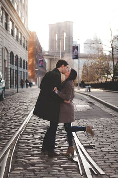 A few shots from a recent engagement shoot in the Dumbo neighborhood in Brooklyn. Pre Nup Photoshoot, Pre Wedding Photoshoot, Photoshoot Ideas, Engagement Couple, Engagement Pictures, Engagement Shoots, Proposal Pictures, Winter Family Photos, Brooklyn Nyc