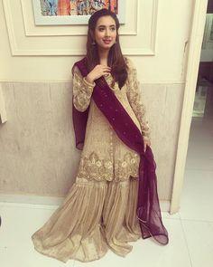 ✨My old school gharara look ✨ 👗 💄 Pakistani Dress Design, Pakistani Outfits, Pakistani Clothing, Shadi Dresses, Indian Dresses, Abaya Fashion, Fashion Dresses, Women's Fashion, Latest Fashion
