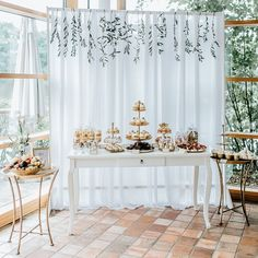 #mundushannover #fineartbakery #handmade #sweettable #cupcakes #wedding #dessert #delicious #candybar #macarons #cakepops #brownies #tartelette #happy #gold #hannover #gold #weddinginspiration  Foto: @anja_schneemann_photography  Sweets: @mundushannover  Wedding Planner: @marryjane_weddingdesign  Location: @seefugium Flowers: @milles_fleurs_
