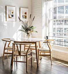 Simple styling lets the gorgeous pink marble table shine in this pared back dining nook in Surry Hills Cote Interiors Modern Dining, Boho Dining Room, Dining Nook, Apartment Dining, Interior, Home, Modern Dining Room, Comfortable Dining Chairs, House Interior