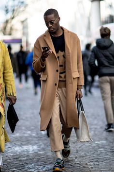 Paris Fashion Week Men's Street Style Fall 2018 Day 1 - The Impression Mens Fashion Week, Fashion Mode, Paris Fashion, Black Men Fall Fashion, Fashion Photo, Mens Fashion Sweaters, Men Sweater, Sweater Fashion, Mens Sweater Outfits