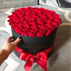 Rose Urn Flower display delivered in from OnlyRoses offers a stunning display of Roses and Foliage in a stainless steel Urn. Bouquet Cadeau, Bouquet Box, Gift Bouquet, Rose Bouquet, Flower Box Gift, Flower Boxes, Roses Luxe, Million Roses, Box Roses
