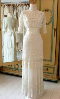 Edwardian. Reminds me of the dresses worn at Dianna Barry's wedding. It does Anne of green gables is a favorite of mine I loved the dresses in the movie... Edwardian Clothing, Edwardian Dress, Antique Clothing, Edwardian Fashion, Vintage Fashion, Edwardian Style, 1920s Style, 1920s Dress, Vintage Beauty