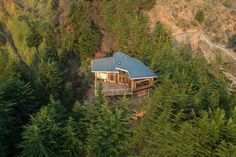 Galería de Casa en la punta del cerro / Lotecircular - 14 Hillside House, Container Cabin, Lakefront Homes, Mountain Homes, Bedroom Loft, Woodworking Projects Diy, Backyard Landscaping, Architecture Design, House Design