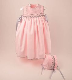 Precioso faldón con capota para bebe niña en viyela rosa bordado a mano en punto smock de moda infantil Cute Outfits For Kids, Baby Outfits, Baby Girl Fashion, Kids Fashion, Smocked Baby Dresses, Moda Kids, Smocks, Smock Dress, Classic Outfits