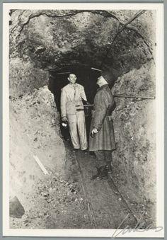 Een amerikaanse soldaat bewaakt de ingang van n van de kamers in de zoutmijn van alt ausee - Decoreer een gang ingang ...