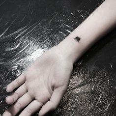 Hacerse un tatuaje no resulta una decisión sencilla para algunas mujeres ya que les asusta la idea de que sea algo muy llamativo, pero hay un tipo de tatuajes en miniatura que pueden ubicarse en lugares discretos y que duelen menos. Algunos de los diseños que se pueden considerar son flores, símb