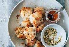 Filodeegpakketjes met peer, brie en pistache Party Snacks, Palak Paneer, Just In Case, A Food, Curry, Brie, Easy Meals, Veggies, Appetizers