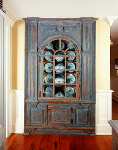The mid-eighteenth century Connecticut River Valley architectural corner cupboard from Wayne Pratt Antiques was de-accessioned from a New York City museum and is filled with underglaze blue Chinese export porcelain with floral and butterfly decoration made for the Swedish market.