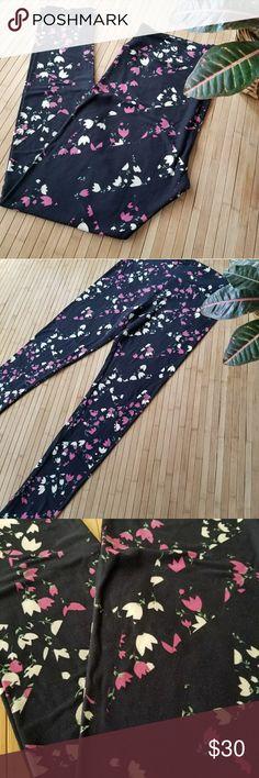 BNWOT Lularoe TC Leggings Black Floral Brand new Lularoe TC leggings with black background and simple mauve and cream flowers with green foliage . Sweet print. 🌸🌿 LuLaRoe Pants Leggings