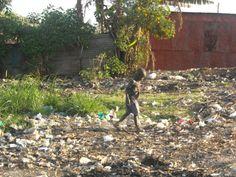 Si passeggia nei rifiuti