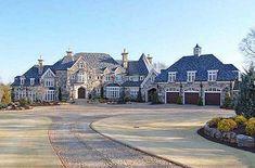 La casa es muy grande y bonita.