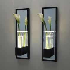 Applique composée d'une structure en wenge ornée d'un miroir et d'un soliflore en verre soufflé.Cette applique équipée d'un LED permet de créer des jeux de lumières et de reflets. Avec une fleu...