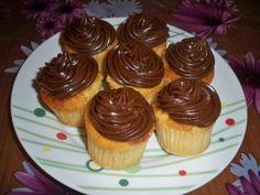 El otro día vinieron a verme a casa unas amigas y decidí hacerles unos cupcakes rellenos para acompañar con el café. La receta es bien sencilla, sólo hay que hacer unos Cupcakes básicos de vainilla y cuando estén fríos del todo (puede ser al día siguiente,...