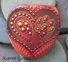 approximate size : 4.5 x 4.8 x 0.5 cm, weight : 32 gr This stone almost looks like leather. Very fine dot work with a heart and a paw. My stones are little universes in which you are invited to loose yourself! They are a perfect tool for meditation. Each piece has its unique vibe as