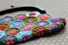 monedero hexágonos crochet . de Facile cecile. Tutorial hexágonos: http://sandra-cherryheart.blogspot.co.uk/2013/10/daisy-puffagon-tutorial.html