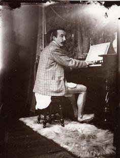 Paul @Gauguin tocando el Armonio en el estudio de Alfons Mucha, 1895