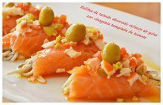 Rollos de salmón ahumado con vinagreta templada de tomate.