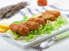 Preparación1. AGREGA un poco de aceite a una sartén y dora la cebolla con el ajo. Añade el jitomate.3. MEZCLA la papa con atún y el queso. Incorpora las verduras fritas.4. INCORPORA la espinaca picada y mezcla bien.5. FORMA las croquetas. Pásalas por huevo y pan molido.6. FRÍE hasta que estén doradas.