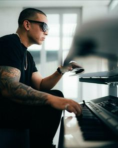 Daddy Yankee Mundial, Gorgeous Men, Mens Sunglasses, Instagram Posts, Piano, Culture, Tattoo, History, Historia