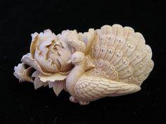 孔雀に牡丹 / ブローチ & 帯留 つげ細工 Vintage Diy, Vintage Jewelry, Japanese Jewelry, Bone Carving, Ivoire, Asian Fashion, Japanese Art, Jewelry Making, Floral
