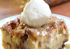 Apple pie Bread Pudding _ Ingredients : 8 cups bread, cubed 3 medium apples, peeled, cored and chopped 4 eggs 1 cup vanilla yogurt 1 cup milk 2 tsp cinnamon, divided ½ tsp nutmeg ½ c sugar + 2 Tbsp Köstliche Desserts, Best Dessert Recipes, Apple Recipes, Delicious Desserts, Desserts With Apples, Health Desserts, Quick Recipes, Bread Recipes, Bread Pudding With Apples