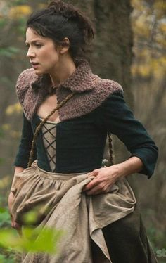Outlander: Make one out of Imperial Ranch Columbia, Manos Maxima, The Fibre Company Acadia (doubled), or Elemental Affects (tripled). See our 'Outlander Yarns' collection page. Claire Outlander, Outlander Season 1, Outlander Tv Series, Costumes Outlander, Tricot Simple, Outlander Knitting Patterns, 18th Century Costume, Everyday Outfits, Knit Crochet