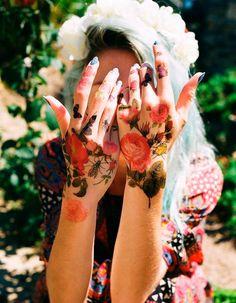 Tatouage fleur sur les mains