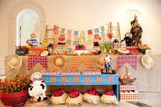 Visão geral mesa do bolo e doces - juta + chapéu + caminho de mesa em forma de bandeirinhas