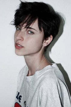 Short pixie haircuts seem both extraordinary and beautiful. Pixie haircut is too short in length and also different from all other short hairstyles. Tomboy Haircut, Short Hair Tomboy, Short Grunge Hair, Messy Short Hair, Tomboy Hairstyles, Girl Short Hair, Short Pixie, Pretty Hairstyles, Short Hair Cuts