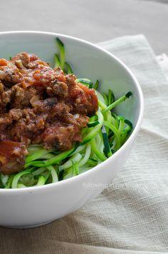 Zoodles & Bolognese Sauce // I love my veggetti slicer! Veggetti Recipes, Zoodle Recipes, Spiralizer Recipes, Healthy Cooking, Healthy Eating, Cooking Recipes, Primal Recipes, Healthy Recipes, Goody Recipe
