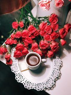 Coffee and flowers Sweet Coffee, I Love Coffee, Hot Coffee, Coffee Drinks, Coffee Cups, Coffee Images, Coffee Pictures, Brown Coffee, Black Coffee