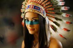 maquillage-indienne-se-maquiller-pour-halloween-coiffe-indienne-et-raie-bleue-au-visage