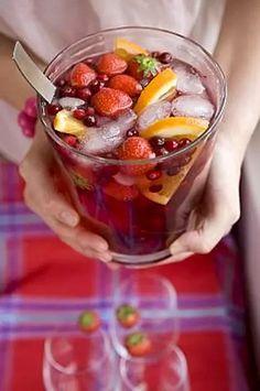 Kuohuviinisangrian koristeluun saa käyttää runsaasti marjoja ja hedelmiä. Fruit Salad, Punch Bowls, Food, Essen, Fruit Salads, Yemek, Meals