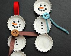 Fun Christmas crafts like these Best Bottle Cap Snowmen Ornaments will be much appreciated by the kids. Learn how to make homemade ornaments out of discarded bottle caps from these easy-to-read instructions. Kids Crafts, Christmas Crafts For Kids, Homemade Christmas, Christmas Projects, Holiday Crafts, Christmas Ideas, Frugal Christmas, Easy Crafts, Kids Diy
