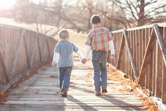 Cute Brothers #pose holding hands. Click to see more of this beautiful session. ©www.kensiem.com